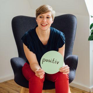 Susanne Lorenz mit Moderationskarte mit dem Wort positiv